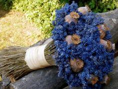 Masívní, bytelná, pevně vázaná kytice levandule s makovicemi. Pro srovnání velikosti přiložena krabička zápalek...