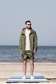 For a casual getup, choose an olive parka and olive camouflage shorts — these two pieces work perfectly together. If you need to effortlesslly spruce up this getup with footwear, why not add white plimsolls to your ensemble? Camo Fashion, Mens Fashion Blog, Fashion Moda, Men's Fashion, Best Shorts For Men, Stylish Men, Men Casual, Sibylla Merian, Camouflage Shorts