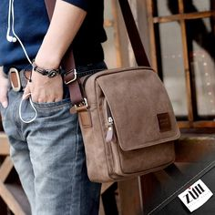 En #Tendencias para #caballero, las bolsas de mensajero son el acompañante perfecto para ti. #ZullRecomienda