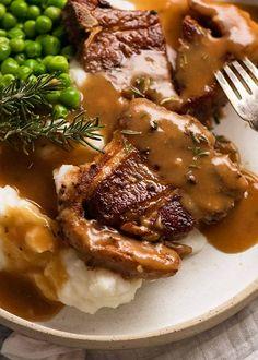 Lamb Chops with Rosemary Gravy, creamy mashed potato and peas Lamb Chops Marinade, Lamb Loin Chops, Beef Tenderloin, Pork Chops, Lamb Chop Recipes, Meat Recipes, Dinner Recipes, Cooking Recipes, Beef