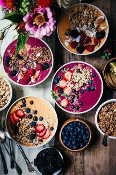 The easiest way to do brunch for a crowd this holiday season: smoothie bowl bar! Make 2 or 3 smoothie bases and set out all kinds of toppings so people can customize - can't go wrong with granola, fruit and nut butter (just had one myself! Ginger Smoothie, Smoothie Bar, Raspberry Smoothie, Orange Smoothie, Healthy Smoothies, Fruit Smoothies, Fruit Juice, Healthy Drinks, Smothie Bowl