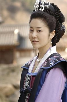 Another clip of Lady Mishil from Great Queen Seondeok. The clothing and hairstyles that she wears are spectacular.
