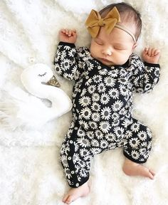 That outfit! Baby Club - online baby clothes stores where you can find fashionable baby clothes. There is a kid and baby style here. Outfits Niños, Kids Outfits, Baby Outfits, Newborn Girl Outfits, Spring Outfits, Newborn Bows, Baby Girl Fashion, Fashion Kids, Womens Fashion