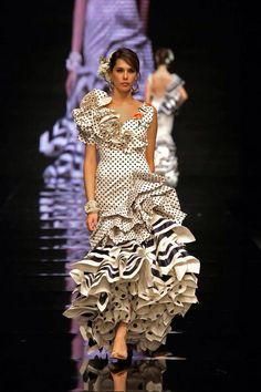 alta costura hecha flamenca Spanish Fashion, Peplum Dress, Formal Dresses, Clothes, Beauty, Templates, Flamenco Dresses, Big Earrings, Dresses For Formal