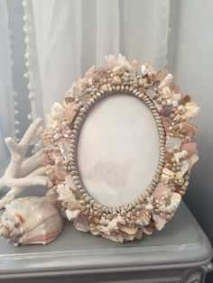 Seashell Art, Seashell Crafts, Beach Themed Crafts, 5x7 Picture Frames, Nautical Wreath, Shell Frame, Mosaic Diy, Frame Crafts, Diy Arts And Crafts