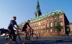 A felicidade plena e plana em frente ao Castelo de Christianborg, em Copenhague, Dinamaca