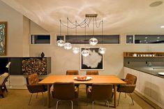 Quem disse que cozinha integrada ao living exige que a sala de jantar tenha um design impessoal?