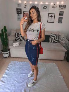 saia jeans com t-shirt e tênis :)