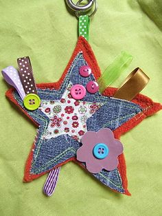 Pour un porte clefs voire… Jean Crafts, Denim Crafts, Diy And Crafts, Crafts For Kids, Recycled Denim, Recycled Crafts, Cute Sewing Projects, Sewing Crafts, Denim Decor