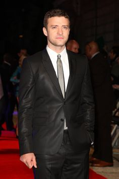 Justin Timberlake, czarny skórzany garnitur szary krawat