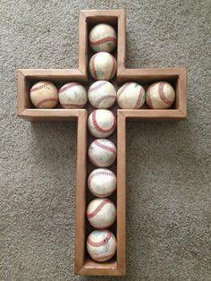 Esto es una gran manera de mostrar los béisbol especial. Béisbol se puede fijar con Velcro (no incluido) y la Cruz cuelga para arriba. Béisbol no incluidos. Toda la esquina de inglete y acabado con la artesanía de calidad. Las dimensiones son de 16 de ancho x 24 1/2 alto x 3 3/4 de profundidad.