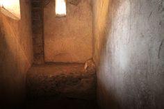 D.Signers   ¿Qué pasó en Pompeya? 43.Un camastro en el interior de un recinto de prostitución donde a veces eran decoradas con pictografías. Las puertas eran cortinas y los camastros eran adosados a la pared.