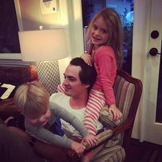 Sammy looks so amazing with his adorable kids. P/C @ stepheitelfarrar #samfarrar #love #maroon5 #music #222 #happytobehome