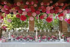 Decorando con decenas de pompones y flores en tonos rosas y fucsias {Decoración, María Fort García} #weddingdecoration #decoracionbodas #tendenciasdebodas