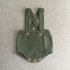 Nyfødt romper { Norwegian and english } New child romp / New child romper - tiddelibom Vintage baby romper and bonnet This Pin was discovered by Ólö A color to love By Knitted Baby Clothes, Knitted Romper, Baby Kids Clothes, Crochet Shorts, Knitting For Kids, Baby Knitting Patterns, Crochet For Kids, Baby Pullover, Baby Sweaters