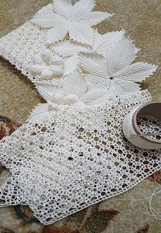 Beautiful Handmade Crochet Doily Table R - Diy Crafts - DIY & Crafts Filet Crochet, Crochet Doily Rug, Irish Crochet, Crochet Leaf Patterns, Crochet Leaves, Crochet Flowers, Diy Crafts Knitting, Diy Crafts Crochet, Crochet Baby Sweaters