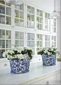 I collect blue and white ceramics. Apart from their colour and varying shapes, I love decorating with blue and white ceramics. Style At Home, Beautiful Kitchens, Beautiful Homes, Simply Beautiful, Beautiful Things, Classic White Kitchen, Kitchen White, Nice Kitchen, Glass Kitchen