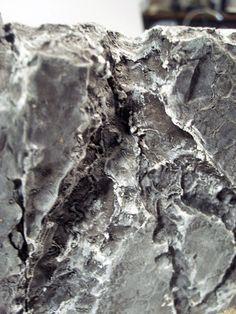 Rocas de Plumavit quemada: Base cholguan o terciado 4mm, Plumavit, Colafria, Arena, Pasto estatico, cartonero, pinceles, cautin. Darle la forma deseada al plumavit con el cuchilllo y pegar a la base con colafria (cortar un poco mas grande del tamaño final deseado) Quemar con el cautin la superficie, y luego pintar con color base, varias manos. Pegar la arena, pintar con pincel seco y pegar algo de pasto estatico, (opcional). Listo! X