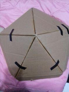 una vez cortado los triangulos, pegamos y damos forma/ igloo de carton