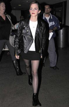 Look de aeroporto da atriz Emma Watson com t-shirt branca + jaqueta de couro + saia preta.