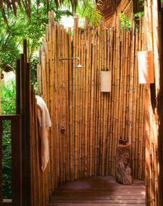 duchas de exterior con pared de bambú