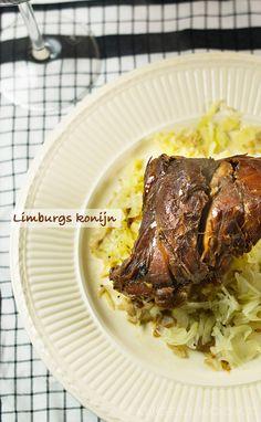 Limburgs konijn in het zuur. Wat leuk en heerlijk! Zo heb ik het ook geleerd, ik gebruik alleen ook ontbijtkoek om de saus op smaak te krijgen Chicken Games, Xmas Dinner, Dutch Recipes, Happy Foods, Crockpot, Slow Cooker, Steak, Goodies, Pork