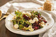 STOBklub - Čočkový salát s pečenou řepou, rukolou a mozzarellou Mozzarella, Cobb Salad, Feta, Smoothie, Food And Drink, Smoothies