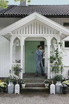 Margerittene blir plantet i melkespann som gir den riktige Cottage Porch, Cottage Exterior, Cottage Style, House Front Porch, Porch Entry, Le Riad, Ranch Remodel, Contemporary House Plans, Backyard Patio Designs