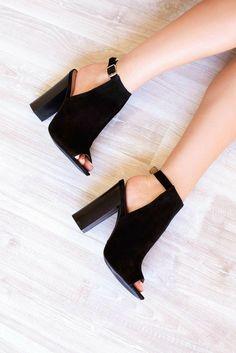 Hot High Heels, Black Heels, Pretty Shoes, Beautiful Shoes, Crazy Shoes, Me Too Shoes, Shoe Boots, Shoes Sandals, Cute Heels
