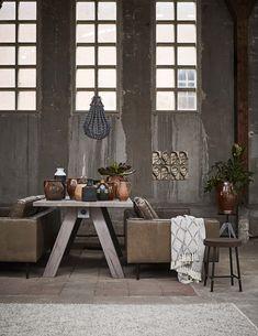 Woonkamer met betonnen muur   Living room with concrete wall   Grote tafel met keramiek   Big table with ceramics   Bron: vtwonen 4-2016   Styling Fietje Bruijn   Fotografie Alexander van Berge