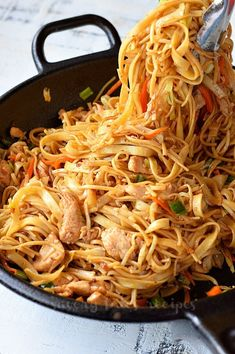 Make This Spicy Chicken Noodle Stir Fry - Spicy,delicious,easy and quick recipes of stir fry chiucken with noodles makes such amazing dinner - Chicken Stir Fry With Noodles, Fried Noodles Recipe, Stir Fry Noodles, Easy Chinese Recipes, Quick Recipes, Asian Recipes, Ethnic Recipes, Asian Foods, Egg Noodle Stir Fry
