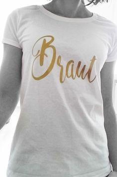 """Dieses weiße Braut-Shirt mit dem goldenen Schriftzug """"Braut"""" ist eine unserer vielen Outfit-Inspirationen für den Junggesellinnenabschied. Entdeckt noch mehr JGA-Shirts in unserem Shop!"""