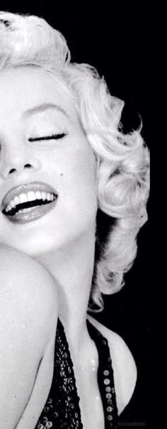 Marilyn Monroe photographed by Richard Avedon (cropped from original). °