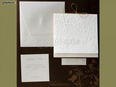 Partecipazioni di matrimonio bianche con carta in rilievo: guarda la gallery delle partecipazioni per le nozze! >> http://www.lemienozze.it/operatori-matrimonio/partecipazioni_e_tableau/grafosystem-enna/media/foto/5