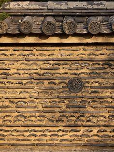 Tiles in mud wall, Japan Chinese Element, Chinese Art, Chinese Style, Japanese Architecture, Architecture Details, Beijing, Solar Tiles, Roof Tiles, Korean Traditional