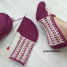 Crochet Baby Boots, Crochet Socks, Knitted Slippers, Knitting Socks, Diy Crochet, Baby Knitting Patterns, Knitting Designs, Happy Evening, Crochet Ripple