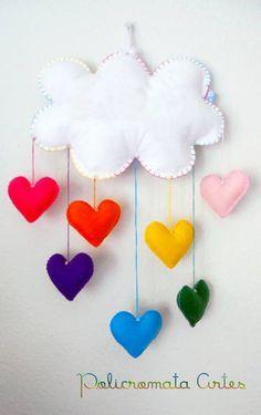 Lindo móbile de nuvem e corações coloridos. Uma chuva de amor.  Feito com feltro e enchimento acrílico. Ideal para enfeite de quarto das crianças. Podem ser feitos em outras cores. Aceitamos encomendas. FAZEMOS EM OUTROS TAMANHOS. Com o nome em feltro aplicado na nuvem, haverá um ascréscimo de R$ 3,00. R$ 28,00