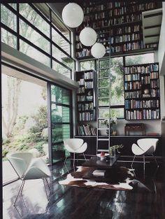 Grande bibliothèque et grande baie vitrée : bien-être .