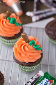 How to make cute Halloween Pumpkin Swirl Cupcakes for kids - Halloween Cupcakes Recipes Bolo Halloween, Halloween Desserts, Holiday Desserts, Halloween Cupcakes Decoration, Haloween Cupcakes, Halloween Costumes, Healthy Halloween Treats, Fall Treats, Brownie Desserts