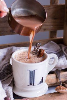 Diese Heiße Superfood Schokolade ist der perfekte Drink an kalten Tagen. Mit rohem Kakao, Kurkuma, Maca, Ingwer und Pfeffer ist sie ideal für Winterabende.