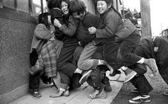 馬乗り1957年3月 当時 街角などでよく見かけた馬乗り遊びの子供達が記録されていました。 激しい遊びなので怪我をする子がいたりして、たしか私が小学生の頃には禁止されていたような気がしますが、そんな事はお構いなしに、冬の寒い時などには、押しくらまんじゅうなどと共に馬乗りはよくやっていた遊びだと記憶しています。 子供達の歓声が聞こえてきそうな写真です。《記憶の扉》