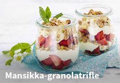 Mansikka-granolatrifle, resepti: Versofood #kauppahalli24 #resepti #helpompiarki #mansikka #trifle #granola #verkkoruokakauppa #jälkiruoka Delicious Desserts, Dessert Recipes, Granola, Strawberry Recipes, Trifle, Dessert Table, Superfood, Family Meals, Sweet Treats