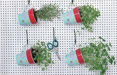 Essa dica é boa para ter em casa e dar de lembrança: mini-horta portátil de ervas plantadas em canecas (Hortas | Garden)