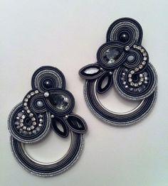 semplice e chiaro tutorial per creare questi splendidi orecchini in soutache. lo schema è in lingua italiana e ha tantissime foto che illustrano