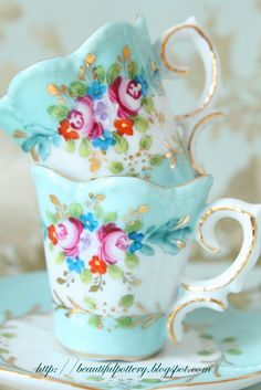 Vintage tea cups are an easy way to turn your kitchen into a shabby chic masterpiece. Café Chocolate, Tee Set, Cuppa Tea, Teapots And Cups, China Tea Cups, My Cup Of Tea, Shabby Vintage, Shabby Chic, Vintage Style