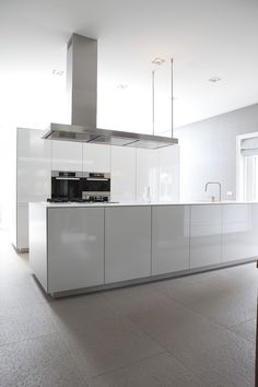 white kitchen w/grey floor Kitchen Dinning, Kitchen Decor, Kitchen Design, Dining, Kitchen Interior, Home Interior Design, Interior Architecture, Minimalist Kitchen, Minimalist Interior
