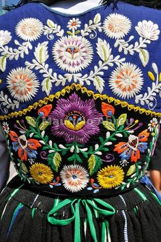 Folk Embroidery Patterns Traditional costume of Minho. Our Lady of Agony Festivities, the biggest traditional festival in Portugal. Viana do Castelo. Folk Embroidery, Embroidery Stitches, Embroidery Patterns, Indian Embroidery, Embroidery Fashion, Textiles, Folklore, Mexican Design, Estilo Hippy