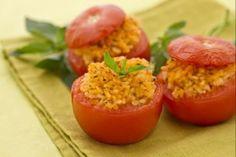 I pomodori ripieni sono un piatto unico vegetariano preparato con pomodori che vengono farciti con un gustoso ripieno di riso aromatizzato con basilic...