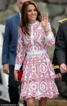The Duchess of Cambridge pulled out all the fashion stops in an eye-catching designer dress as she joined Prince William in Vancouver on the second day of their tour of Canada. Moda Kate Middleton, Looks Kate Middleton, Estilo Kate Middleton, The Duchess, Duchess Of Cambridge, Royal Fashion, Look Fashion, Herzogin Von Cambridge, Estilo Real