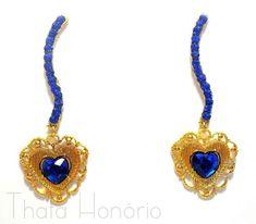 Cód: BD266  Tam: 6,5 cm  Brinco em banho de ouro com chaton de coração azul bic e strass. R$ 35,00
